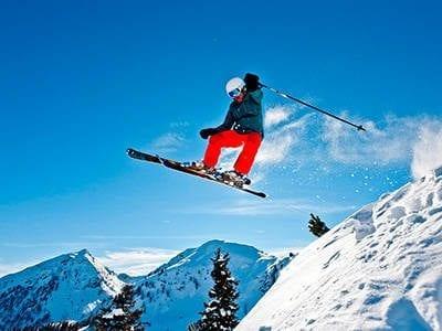 Skifahrer mitten im Sprung