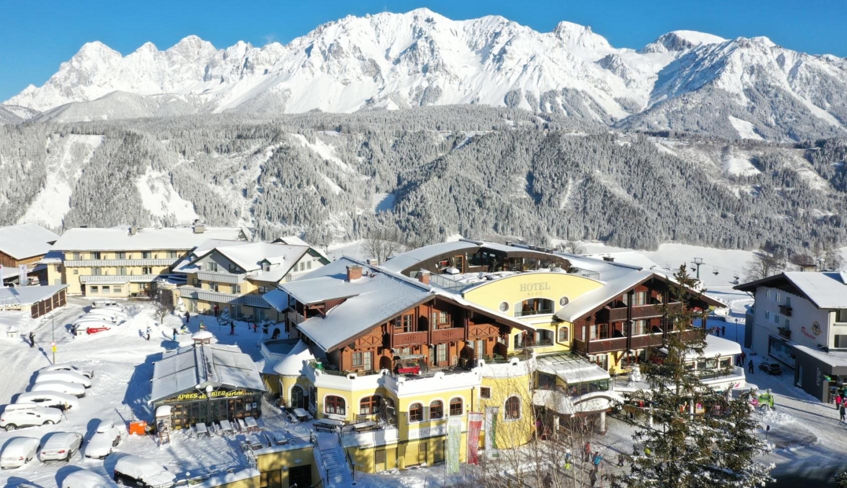 Winterliche Hotelansicht Erlebniswelt mit Bergen im Hintergrund